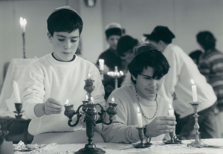 Adam Sirkin, left, and Aaron Beytin at a table of Sabbath candles at the Beth Israel Hebrew School in Randallstown. (Baltimore Sun, 1990)