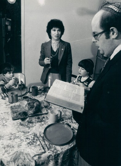 The Mitnick family celebrates Hanukkah. (William Hotz/Baltimore Sun, 1980)