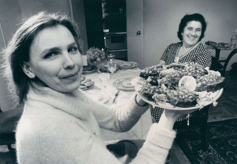 Ineza Chikvashvili displays Georgian-style fish for Riva Manasherov during Hanukkah. (Jed Kirschbaum/Baltimore Sun, 1980)