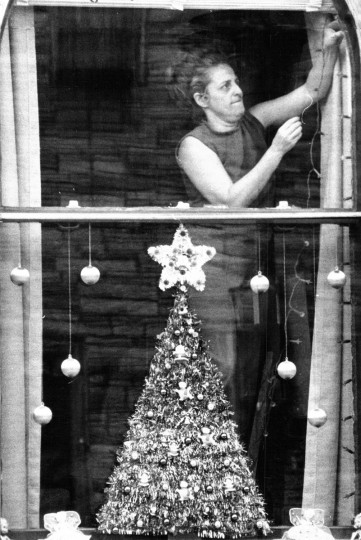 A woman decorates her Highlandtown window for Christmas in 1972. (Lloyd Pearson/Baltimore Sun)