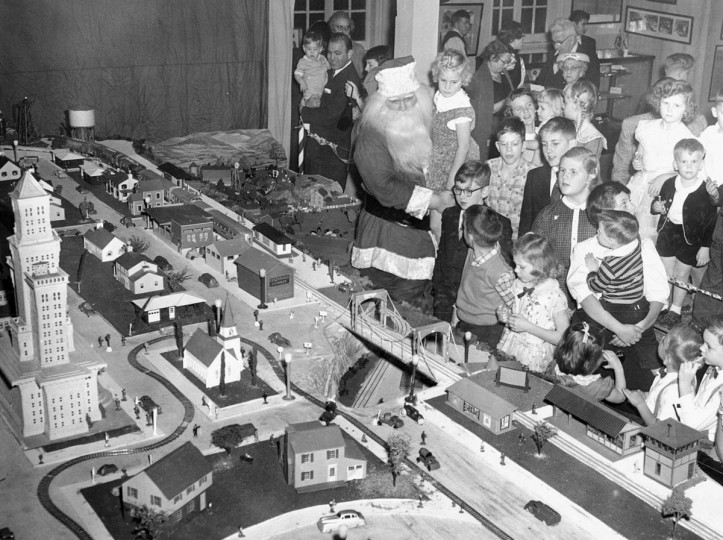 Children of 414 Association have a preview look at a Christmas Garden that will open to public on Christmas day in 1956. (Albert D. Cochran/Baltimore Sun)