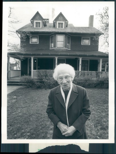 Emily Johnson poses in front of her Roland Park home on March 20, 1992. (Baltimore Sun photo)