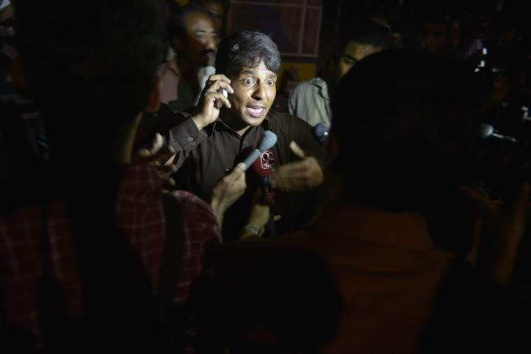 A Pakistani eye witness talks with media representatives at a bomb blast site in Lahore on March 27, 2016. At least 25 people were killed and dozens injured when an explosion ripped through the parking lot of a crowded park where many minority Christians had gone to celebrate Easter Sunday in the Pakistani city Lahore, officials said. (AFP PHOTO / ARIF ALI)
