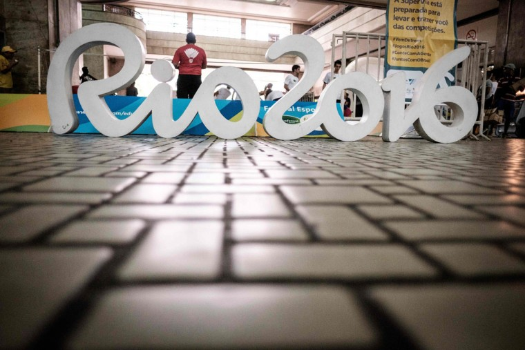 Picture taken during a sports event to mark the 100-day-countdown to the Rio 2016 Olympic Games, at the Central do Brasil train staion in Rio de Janeiro, Brazil, on April 27, 2016. Greece on Wednesday handed the Olympic flame over to Rio Games officials setting off the 100-day countdown to the August 5 opening ceremony. / (AFP Photo/Yasuyoshi Chiba)