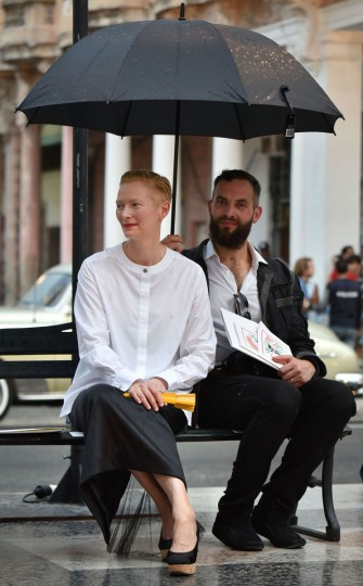 Anglo-Scottish actress, performance artist, model, and fashion icon Tilda Swinton (L) arrives at the Prado promenade in Havana, on May 3, 2016 to watch the Chanel performance.