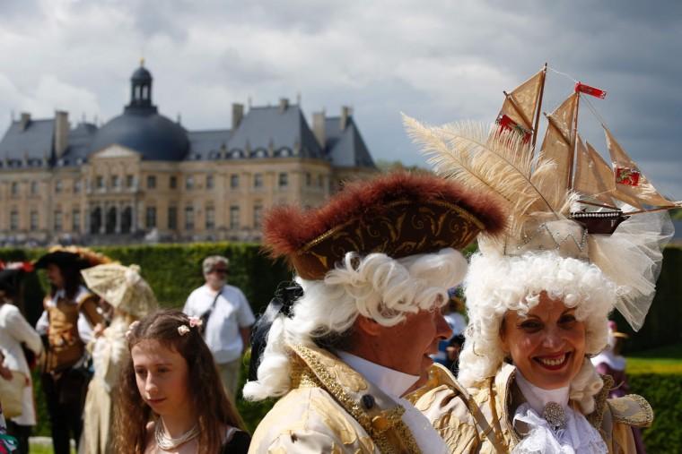 People wearing period costumes attend the annual Grand Siecle day event, a rendez-vous for costume passionates, at the Chateau de Vaux-le-Vicomte (Vaux-le-Vicomte castle) in Maincy near Paris on June 26, 2016. (AFP PHOTO / MATTHIEU ALEXANDRE)