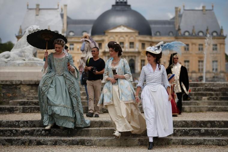 People wearing period costumes pose at the Chateau de Vaux-le-Vicomte (Vaux-le-Vicomte castle) in Maincy near Paris on June 26, 2016, during the annual Grand Siecle day event, a rendez-vous for costume passionates. (AFP PHOTO / MATTHIEU ALEXANDRE)