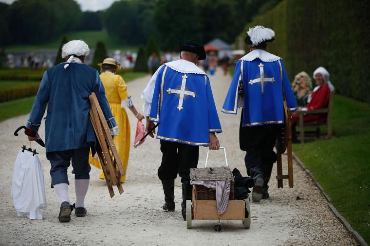 People wearing period costumes attend the annual Grand Siecle day event, a rendez-vous for costume passionates, at the Chateau de Vaux-le-Vicomte (Vaux-le-Vicomte castle) in Maincy near Paris on June 26, 2016. (AFP PHOTO / MATTHIEU)