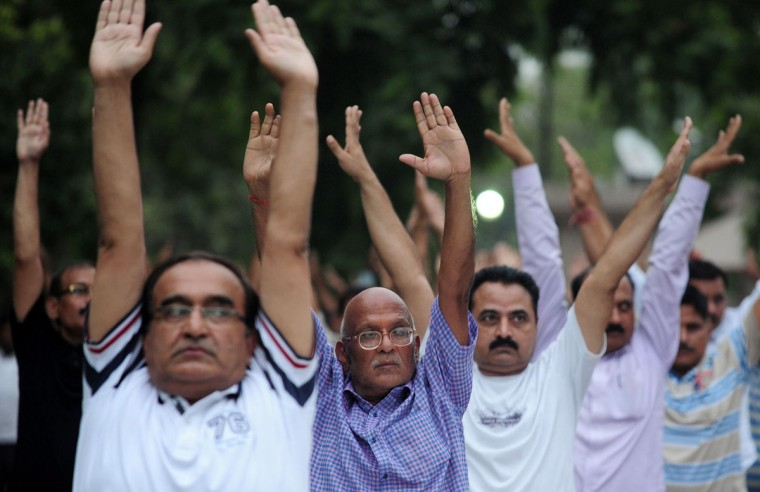 Indian Uttar Pradesh police personel perform yoga to mark International Yoga Day at Police Headquarters in Allahabad on June 21, 2016. (AFP PHOTO / SANJAY KANOJIA)