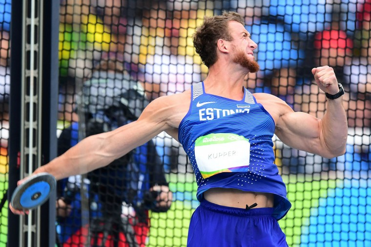 Estonia's Martin Kupper competes in the Men's Discus Throw Qualifying Round during the athletics event at the Rio 2016 Olympic Games at the Olympic Stadium in Rio de Janeiro on August 12, 2016. / (AFP Photo/Franck Fife)