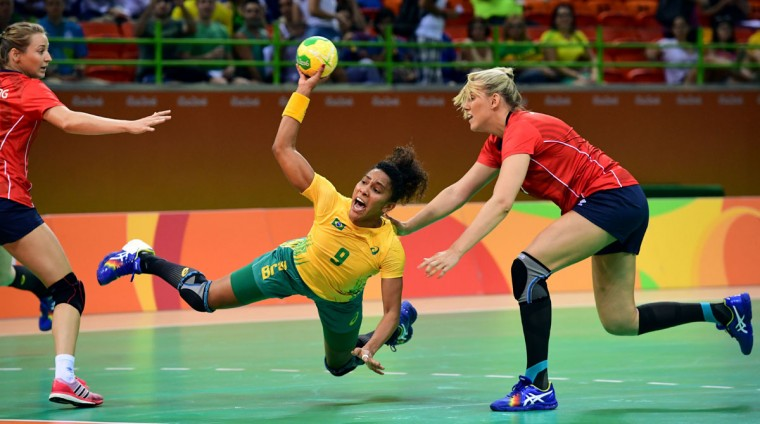 Brazil's centre back Ana Paula Belo (C) shoots during the women's preliminaries Group A handball match Norway vs Brazil for the Rio 2016 Olympics Games at the Future Arena in Rio on August 6, 2016. (AFP PHOTO / FRANCK FIFE)