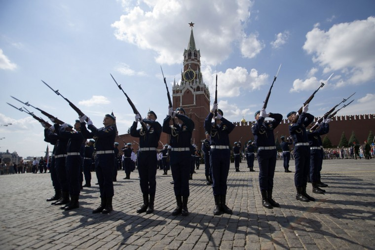 Paratroopers demonstrate their skills during celebrations of Paratroopers Day at the Red Square in Moscow, Russia, on Tuesday, Aug. 2, 2016. Russian Paratroopers' Forces celebrate the 86th anniversary of the establishment of Russia's airborne forces. (AP Photo/Ivan Sekretarev)
