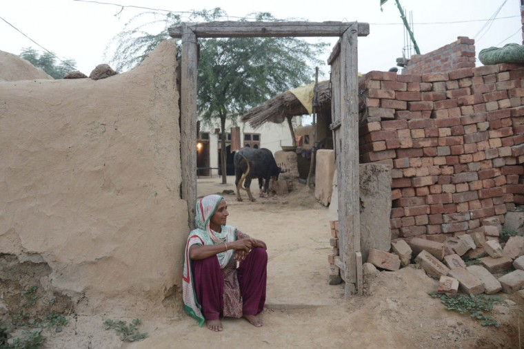 Surjit Kaur sits outside her home at the India-Pakistan border village Daoke, about 40 kms from Amritsar on September 30, 2016. India evacuated thousands of people living near the border with Pakistan on September 30, a day after carrying out strikes along the de-facto frontier in disputed Kashmir that have dramatically escalated tensions between the nuclear-armed neighbours. / (AFP Photo/Narinder Nanu)