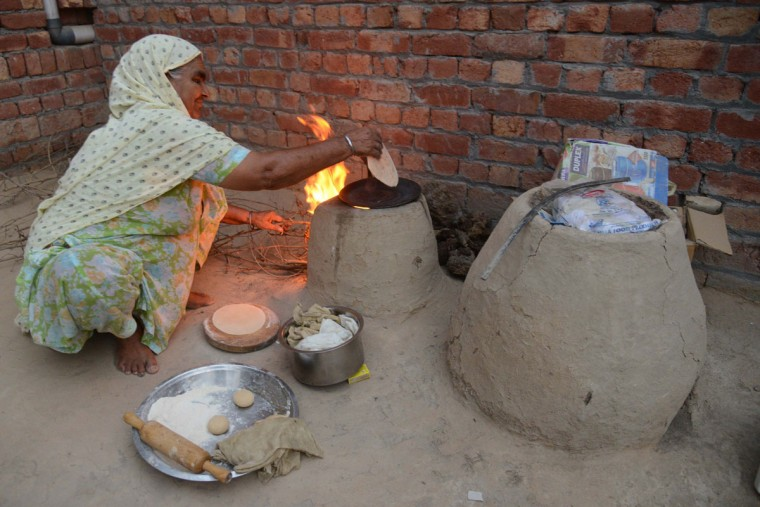 A villager, Kashmir Kaur prepares chapati (flat bread) at the India-Pakistan border village Daoke, about 40 kms from Amritsar on September 30, 2016. India evacuated thousands of people living near the border with Pakistan on September 30, a day after carrying out strikes along the de-facto frontier in disputed Kashmir that have dramatically escalated tensions between the nuclear-armed neighbours. / (AFP Photo/Narinder Nanu)