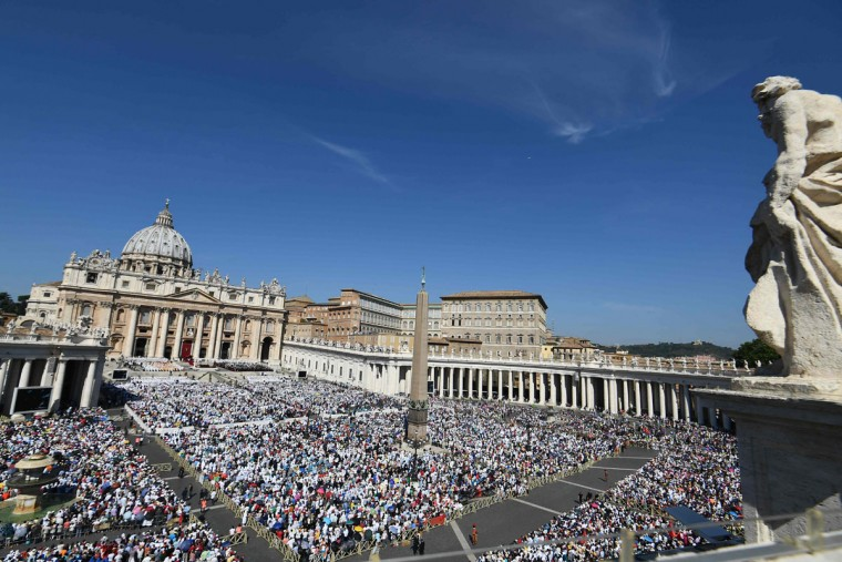 Faithful attend the Holy Mass and canonisation of Mother Teresa of Kolkata, on Saint Peter square in the Vatican, on September 4, 2016. Mother Teresa, the nun whose work with the dying and destitute of Kolkata made her a global icon of Christian charity, was made a saint on September 4, 2016. Her elevation to Roman Catholicism's celestial pantheon came in a canonisation mass in St Peter's square in the Vatican that was presided over by Pope Francis in the presence of 100,000 pilgrims. (AFP PHOTO / VINCENZO PINTO)