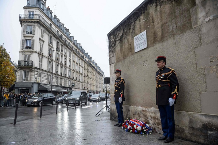 French Republican guards stand next to a wreath and a commemorative plaque unveiled by French President, in front of Le Petit Cambodge and Le Carillon restaurants at the junction of Rue Alibert and Rue Bichat in Paris, on November 13, 2016, during a ceremony marking the first anniversary of the Paris terror attacks. 130 people were killed on November 13, 2015 by gunmen and suicide bombers from the Islamic State (IS) group in a series of coordinated attacks in and around Paris. (AFP PHOTO / Christophe Petit Tesson)