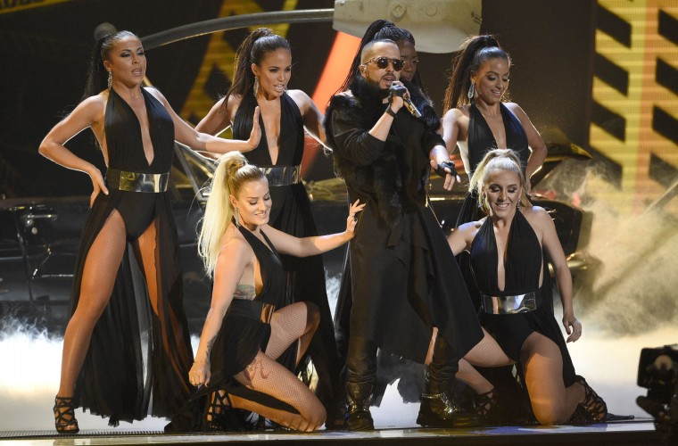 "Yandel performs ""Nunca Me Olvides"" at the 17th annual Latin Grammy Awards at the T-Mobile Arena on Thursday, Nov. 17, 2016, in Las Vegas. (Photo by Chris Pizzello/Invision/AP)"