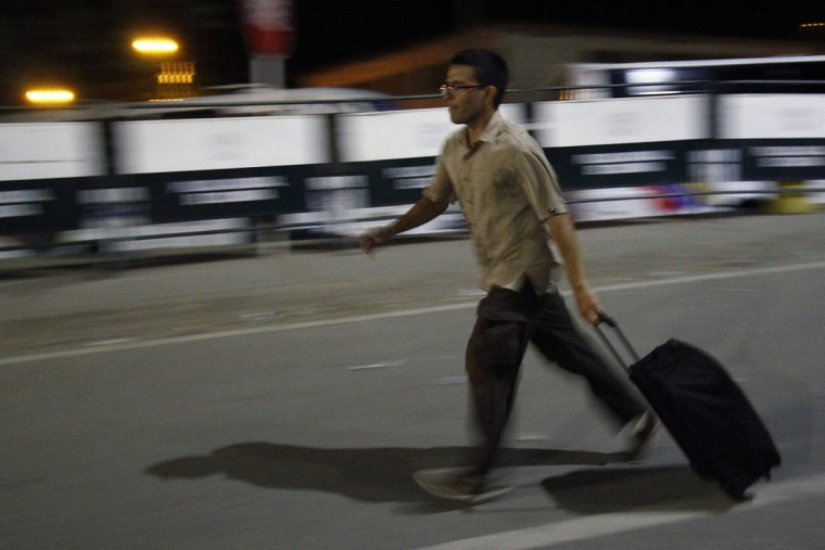 "A man walks hurriedly carrying a suitcase on the Simon Bolivar bridge on the Colombian border with Venezuela, on December 12, 2016. V enezuelan President Nicolas Maduro on Monday ordered the border with Colombia sealed for 72 hours, accusing US-backed ""mafias"" of conspiring to destabilize his country's economy by hoarding bank notes. The closure came a day after Maduro signed an emergency decree removing Venezuela's largest bank note, the 100 bolivar bill, from circulation because of what he called a Washington-sponsored plot against his country's troubled economy. (AFP PHOTO / SCHNEYDER MENDOZA)"