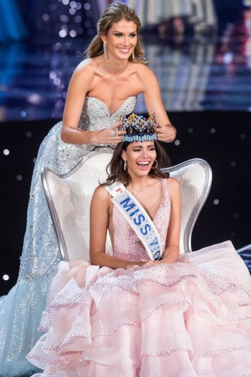 Miss World 2015 Mireia Lalaguna of Spain crowns Miss Puerto Rico Stephanie Del Valle during the Miss World 2016 pageant at the MGM National Harbor December 18, 2016 in Oxon Hill, Maryland. (AFP PHOTO / ZACH GIBSON)