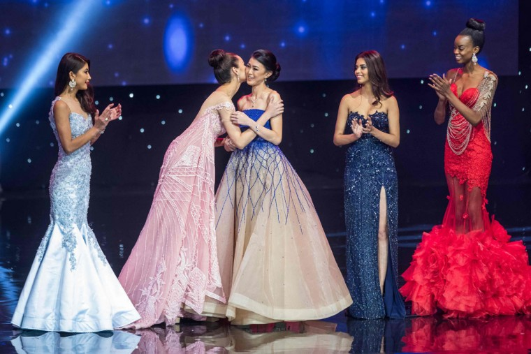 Miss Philippines Catriona Elisa Gray (2nd-L) kisses Miss Indonesia Natasha Mannuela (3rd-L) during the Miss World Grand Final of the Miss World 2016 pageant at the MGM National Harbor December 18, 2016 in Oxon Hill, Maryland. (AFP PHOTO / ZACH GIBSON)