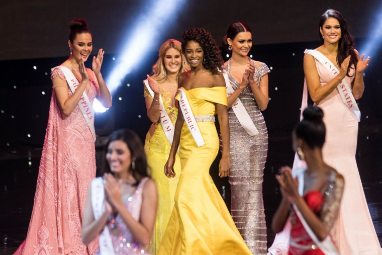 Miss Dominican Republic Yaritza Miguelina Reyes Ramirez (C) smiles after being named a finalist during the Grand Final of the Miss World 2016 pageant at the MGM National Harbor December 18, 2016 in Oxon Hill, Maryland. (AFP PHOTO / ZACH GIBSON)