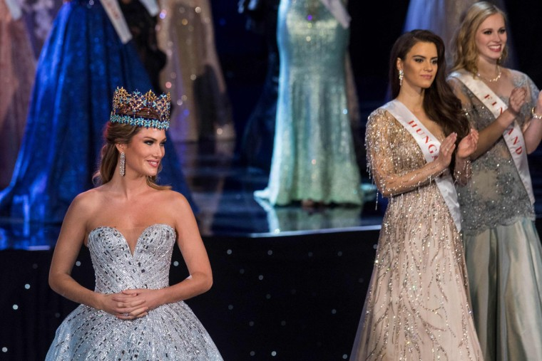 Miss World 2015 Mireia Lalaguna of Spain (L) is pictured before presenting Miss World 2016 Stephanie Del Valle of Puerto Rico with the Miss World crown during the Grand Final of the Miss World 2016 pageant at the MGM National Harbor December 18, 2016 in Oxon Hill, Maryland. (AFP PHOTO / ZACH GIBSON)