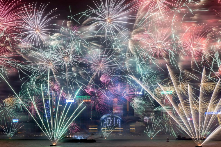 Fireworks explode over Victoria harbour during New Year celebrations in Hong Kong on January 1, 2017. (AFP PHOTO / DALE DE LA REYDALE)