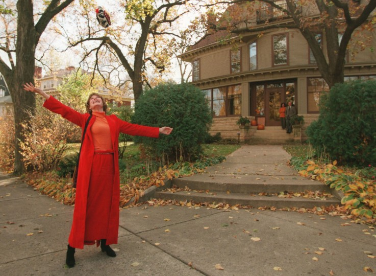 "This photo taken in 1996 shows Mary Tyler Moore tossing her hat up as she revisits the Minneapolis Kenwood neighborhood house which was her television ""home"" for the television show The Mary Tyler Moore Show some 25 years ago. (Cheryl A. Meyer/Star Tribune via AP)"