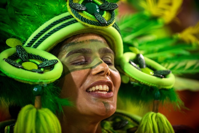 A performer dances during Imperatriz Leopoldinense performance at the Rio de Janeiro Carnival at Sambodromo on February 26, 2017 in Rio de Janeiro, Brazil. (Photo by Raphael Dias/Getty Images)