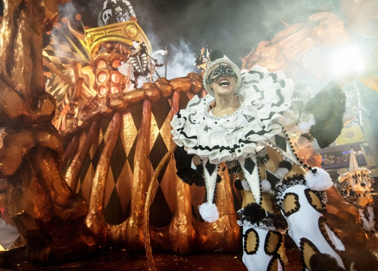 A performer dances during Salgueiro performance at the Rio de Janeiro Carnival at Sambodromo on February 26, 2017 in Rio de Janeiro, Brazil. (Photo by Raphael Dias/Getty Images)