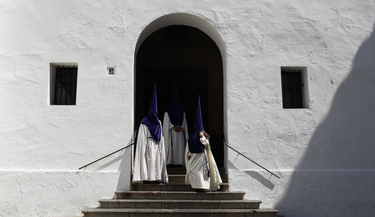 "Hooded penitents from the ""La Sangre"" brotherhood take part during a Holy Week procession in Cordoba, Spain, Tuesday, April 11, 2017. Hundreds of processions take place throughout Spain during the Easter Holy Week. (AP Photo/Manu Fernandez)"