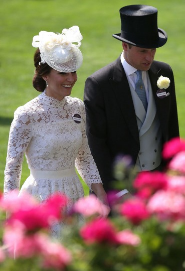 Britain's Catherine, Duchess of Cambridge (L) and her husband Britain's Prince William, Duke of Cambridge attend day one of the Royal Ascot horse racing meet, in Ascot, west of London, on June 20, 2017.The five-day meeting is one of the highlights of the horse racing calendar. Horse racing has been held at the famous Berkshire course since 1711 and tradition is a hallmark of the meeting. Top hats and tails remain compulsory in parts of the course while a daily procession of horse-drawn carriages brings the Queen to the course. / (AFP Photo/Daniel Leal-olivas)