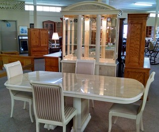 DINING TABLE/4 CHAIRS W/ HUTCH