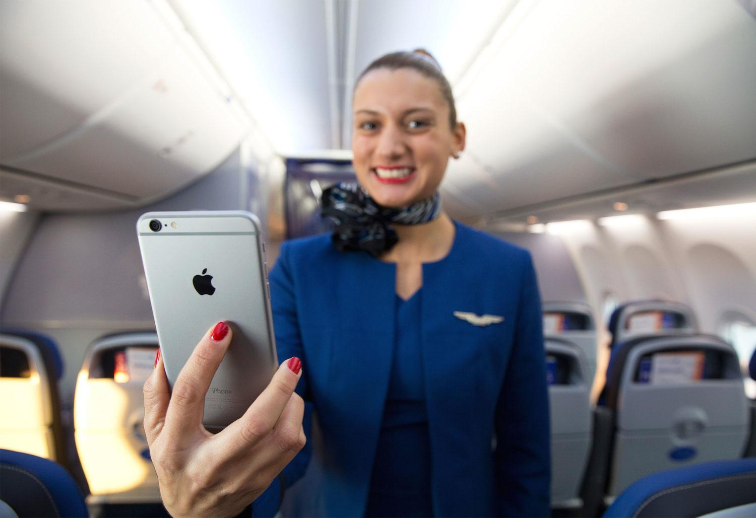 united airlines flight attendants get iphone 6 plus handsets united airlines iphone plus flight attendants