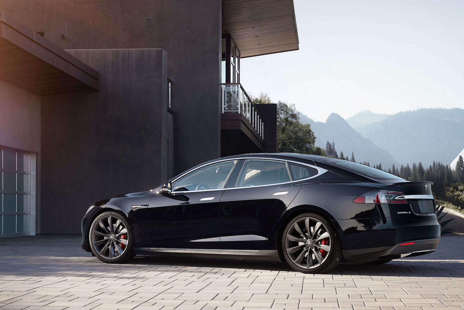 musk claims a tesla with a 600 mile range will be available by 2017