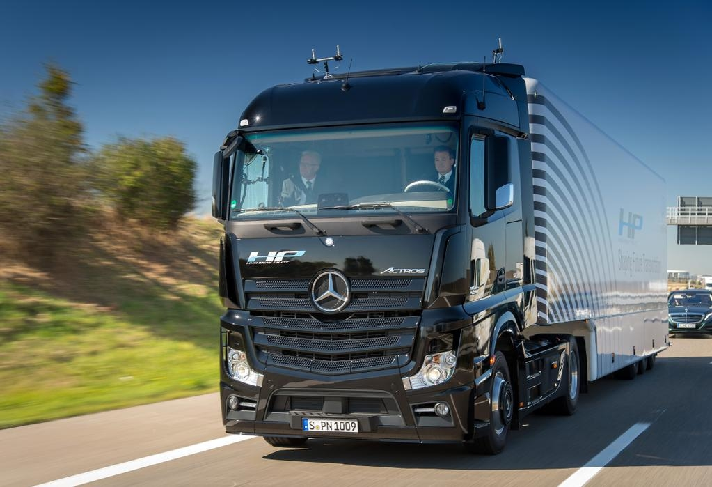 Image gallery mercedes truck 2016 for Mercedes benz semi trucks