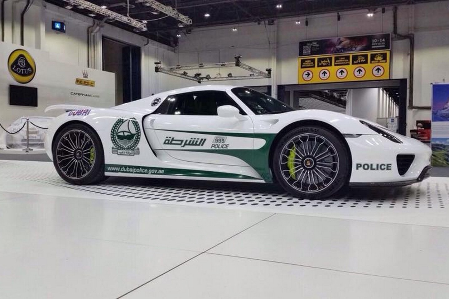 a porsche 918 spyder is the latest supercar to join the dubai police fleet. Black Bedroom Furniture Sets. Home Design Ideas