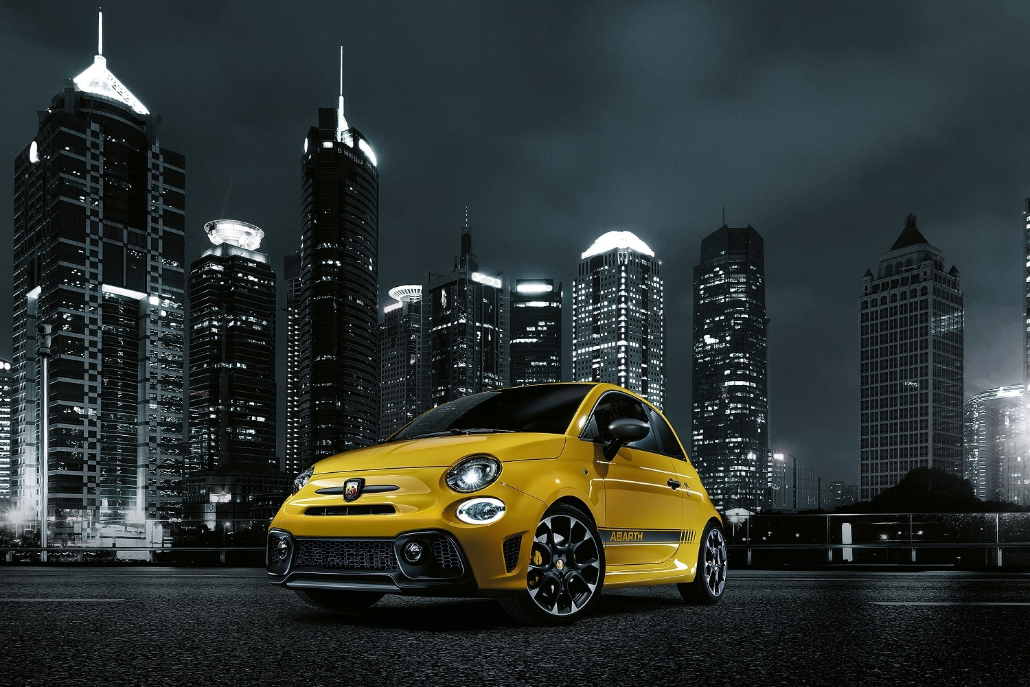 abarth s reloaded fiat 500 is a scorpion with a meaner sting. Black Bedroom Furniture Sets. Home Design Ideas