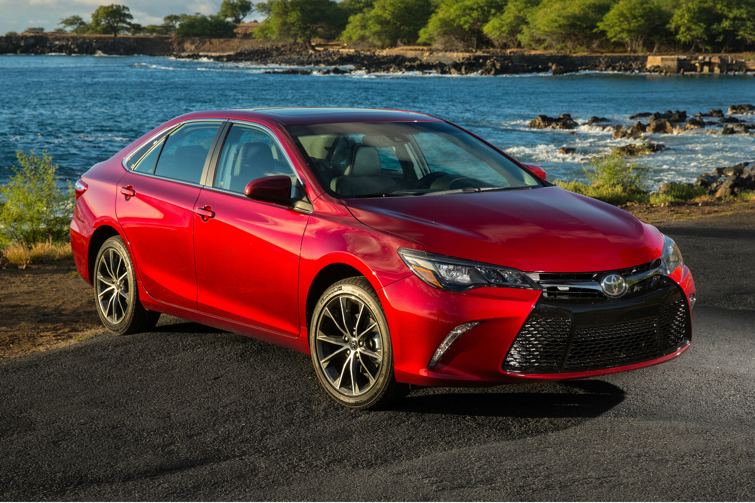 the 2017 toyota camry gains more standard features but no price increase. Black Bedroom Furniture Sets. Home Design Ideas