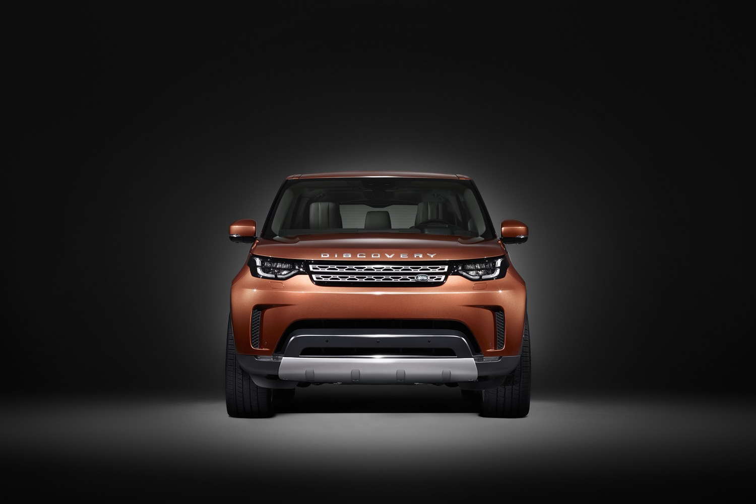 land rover 39 s revamped restyled discovery is coming to the. Black Bedroom Furniture Sets. Home Design Ideas