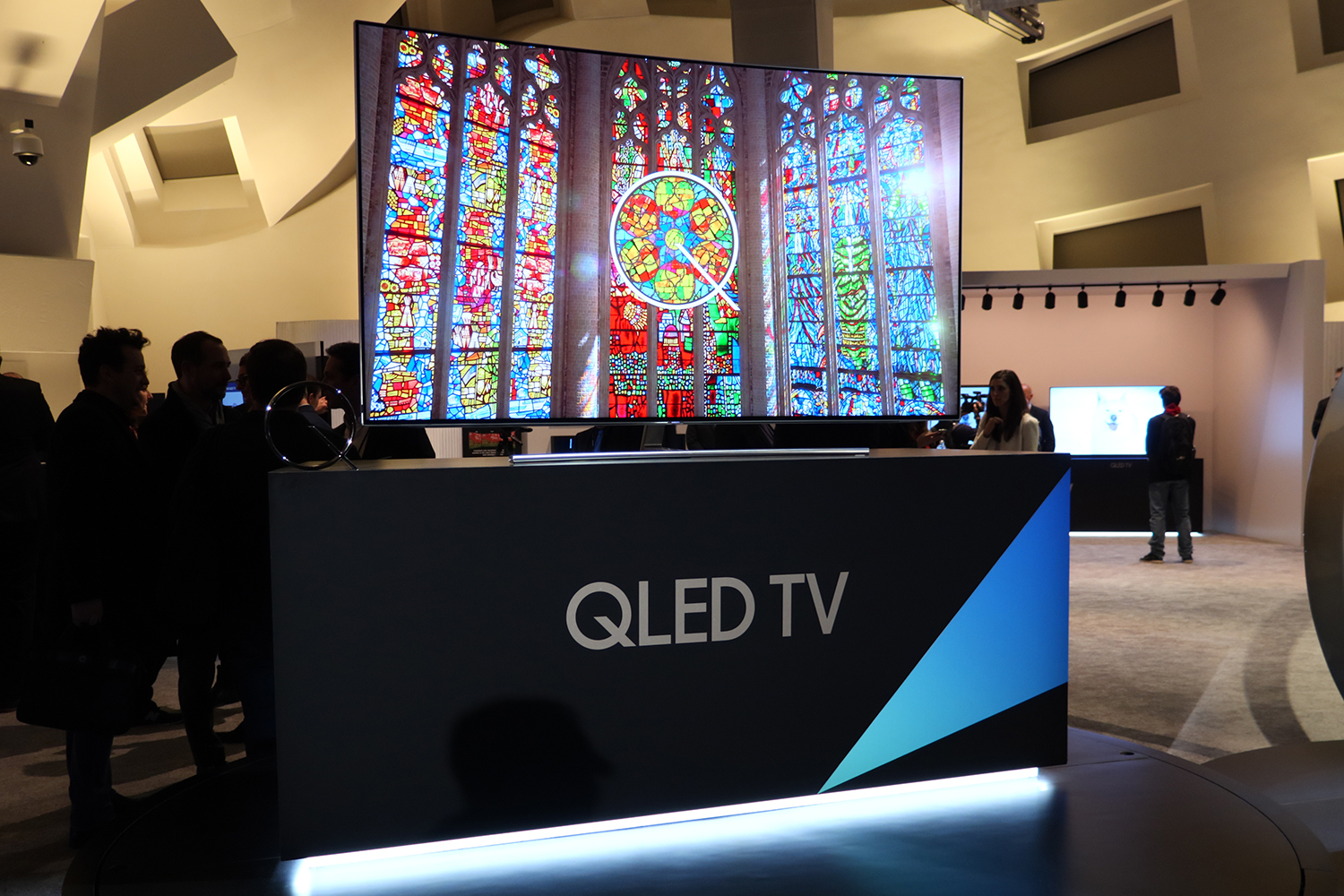 qled vs oled tv what s the difference and why does it. Black Bedroom Furniture Sets. Home Design Ideas