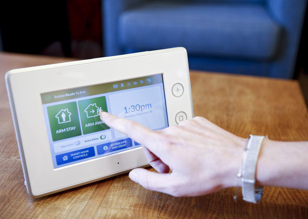 samsung smartthings and adt partner on new home security hub