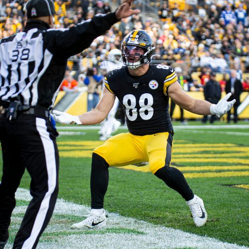Nick-Vannett-pittsburgh-steelers-tight-end-arms-up
