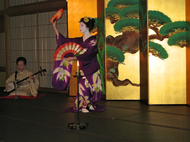 Maiko dance at Gion Hatanaka