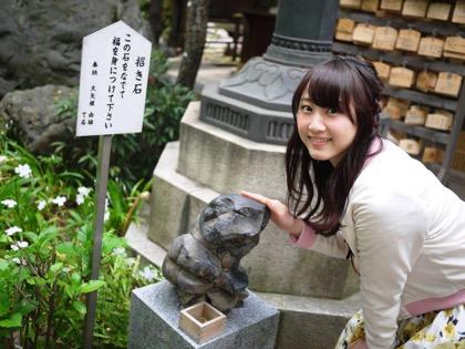 Rena Matsui pets rock