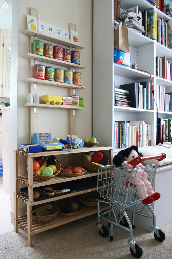 DIY play food market that is simple to make. See more photos here: http://everclevermom.com/2013/09/evas-diy-pretend-market-and-play-kitchen/