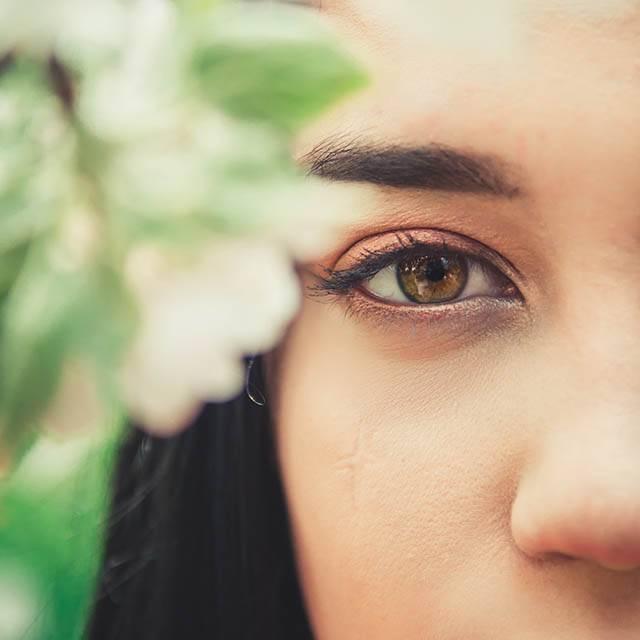eye looking behind tree