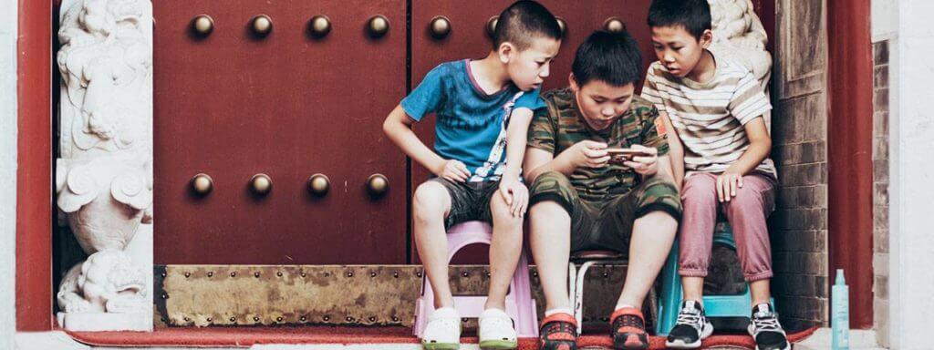 kids with smartphone