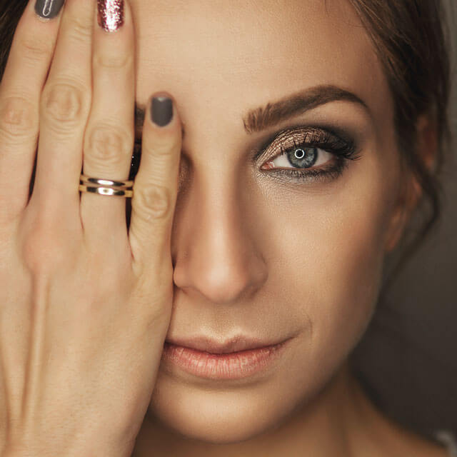girl hand eye 640.jpg