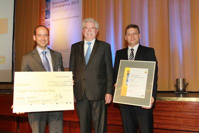 Helmut Kammerloher and Peter Gattermeyer accept the prize from Martin Zeil.